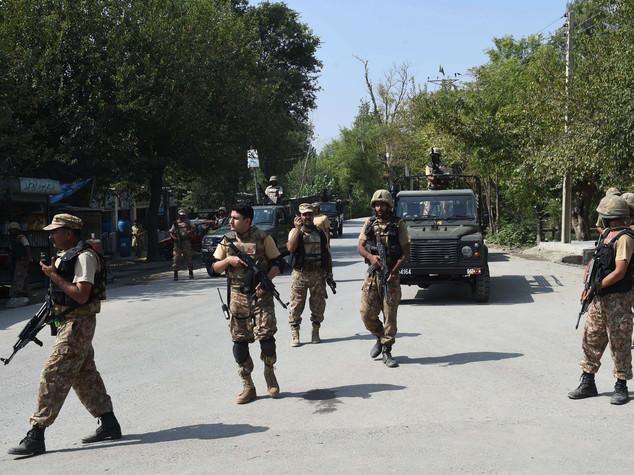 Pakistan, attacchi kamikaze in due città