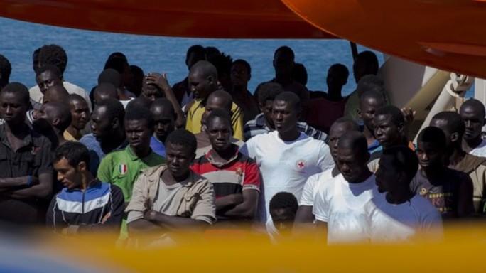"""Migranti, Hollande chiude la Giungla """"Campo smentalleto entro 2016"""""""