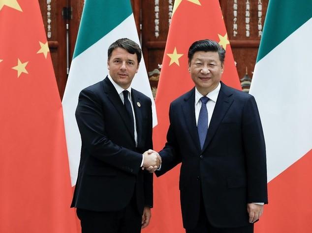 Primo giorno di Renzi in Cina, incontro con Xi, imprenditori e studenti