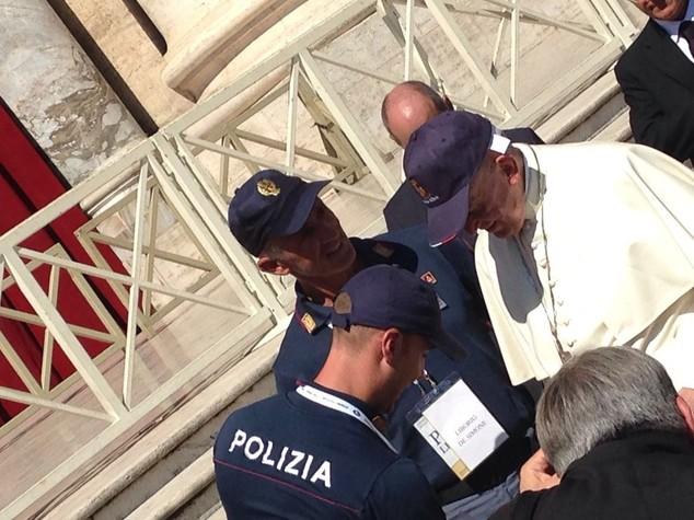 Papa: indossa cappello della Polizia di Stato