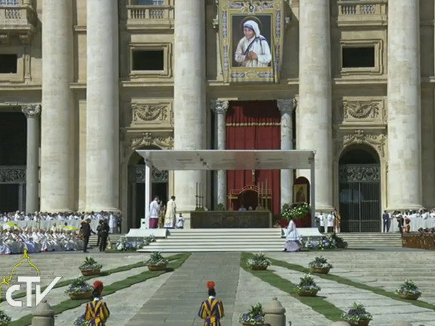 Madre Teresa è santa, pronunciata la formula