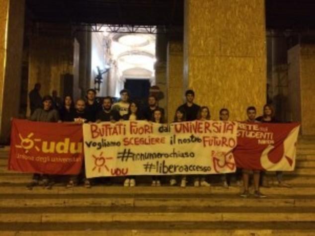Blitz notturno al Miur, studenti contro test ingresso