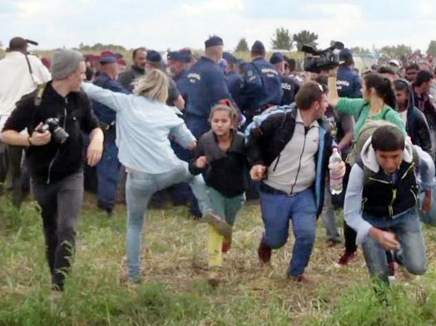 A processo giornalista ungherese che sgambettò migranti