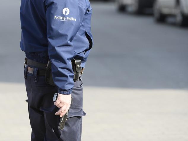 Bruxelles, uomo armato aggredisce poliziotto. Arrestato. Paura per alcuni falsi allarme bomba