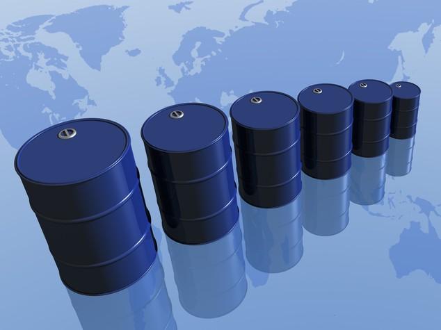 Petrolio: Aie, eccesso di offerta almeno fino a meta' 2017
