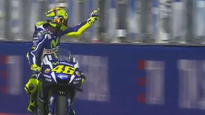 Rossi-Expargaro, lite e 'vaffa' in pista - VIDEO