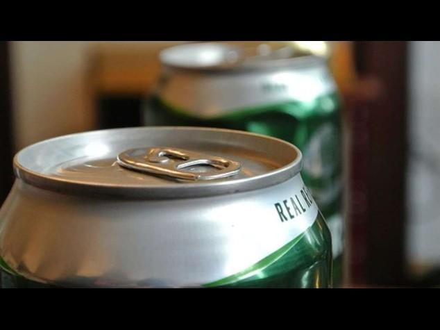 Boston: a colpi di birre fa fuggire un gruppo di teppisti