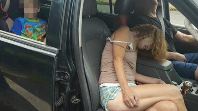 In overdose davanti figlio di 4 anni, la foto choc che sconvolge l'America