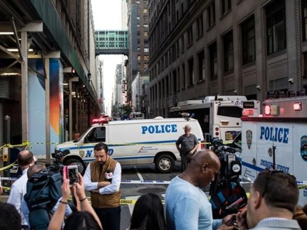 New York, aggredisce agente con una mannaia, arrestato