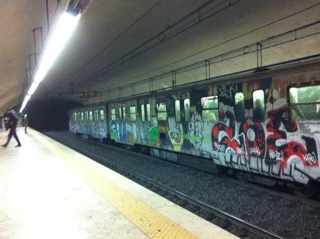 """""""Qui non si fuma"""" e viene aggredito in metro, grave a Roma"""