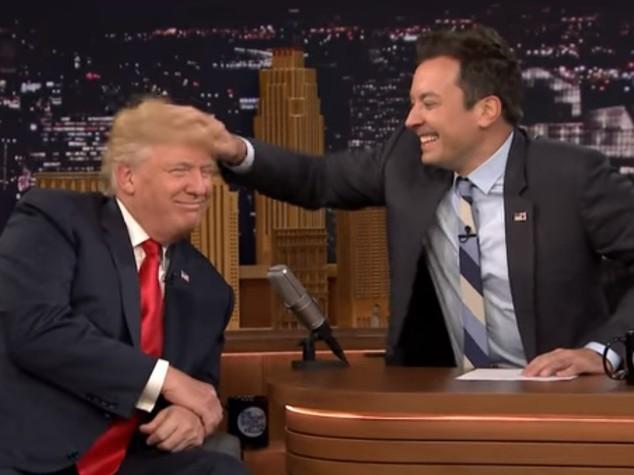 Trump cede e si fa scompigliare i capelli in diretta tv