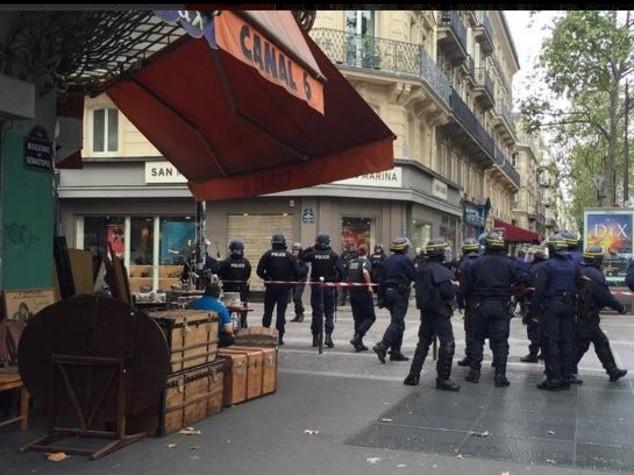 """Terrore nel centro di Parigi, ma era """"allarme infondato"""""""