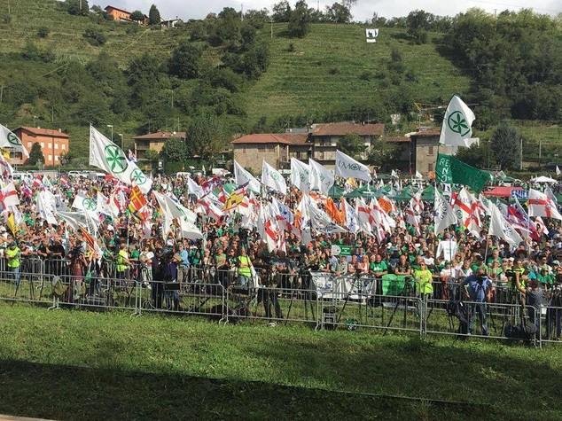 Lega a Pontida tra bandiere e magliette 'contro' Papa Francesco