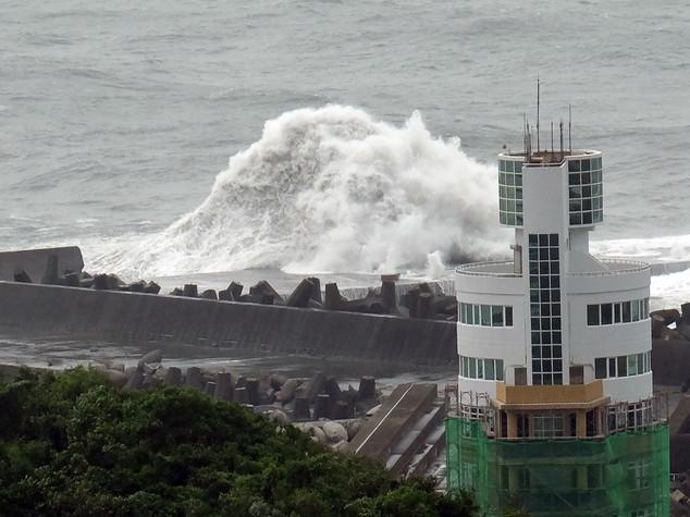 Tifone Malakas sul Giappone, 100 voli cancellati -  FOTO