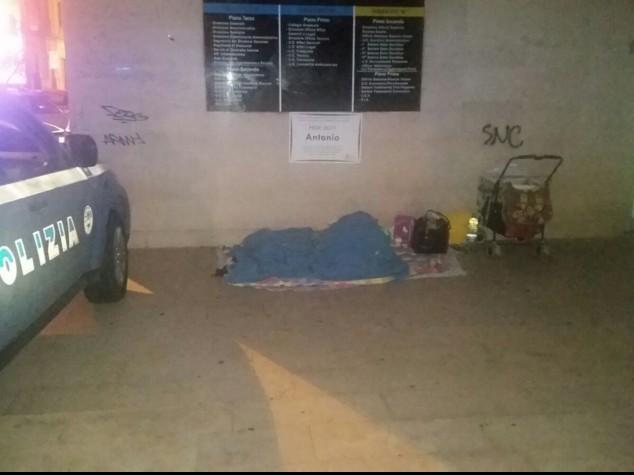 Dorme sotto ponte con 3 figli piccoli, agenti pagano albergo