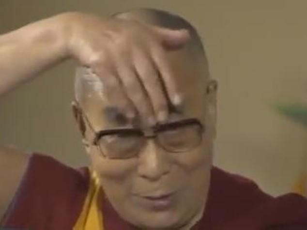 Dalai Lama mima Trump, ha ciuffo e bocca piccola