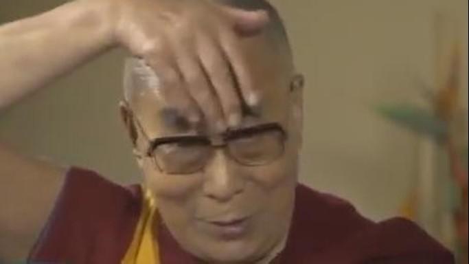 Dalai Lama mima Trump, ha ciuffo e bocca piccola - VIDEO