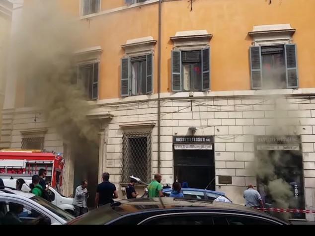 Paura a Torre Argentina: incendio al palazzo di Bassetti, evacuati i residenti