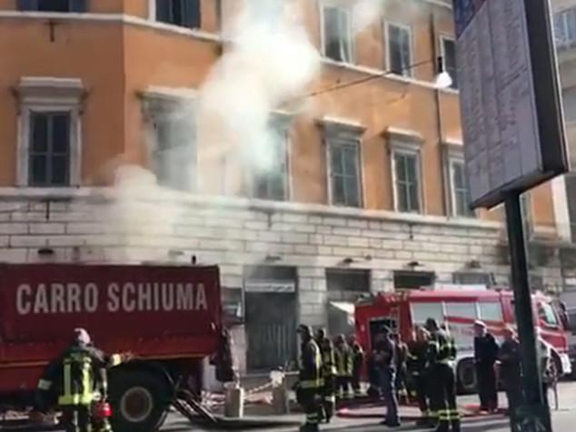 Paura in centro Roma, due roghi in 24 ore nello stesso palazzo - VIDEO