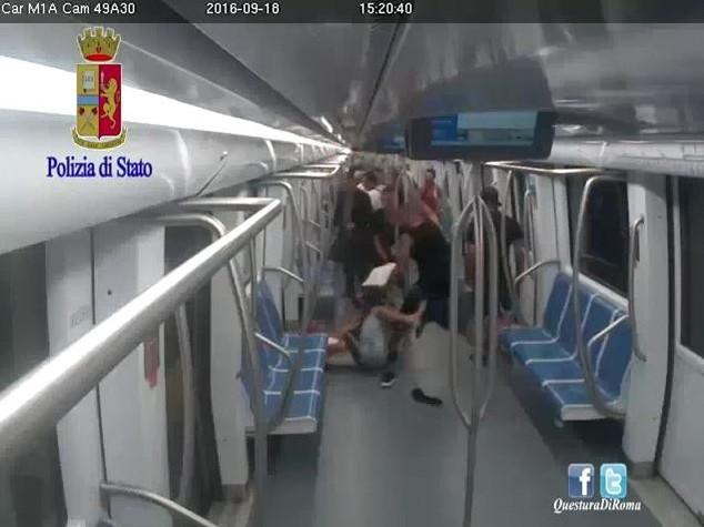 Aggressione in metro a Roma, arrestato terzo picchiatore -  VIDEO