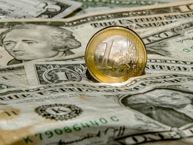 Euro: chiude in lieve rialzo sopra 1,12 dollari