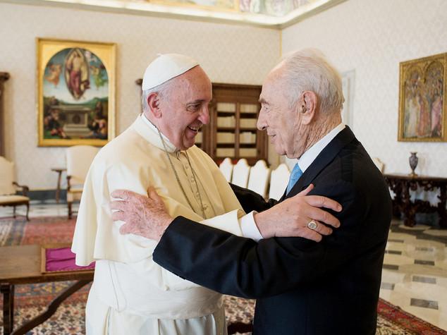 """Papa ricorda con affetto Peres, """"instancabile uomo di pace"""""""