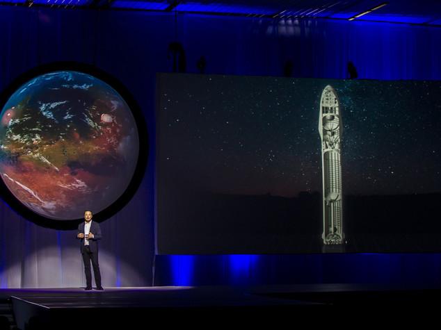 SpaceX, Musk lancia il suo piano per colonizzare Marte