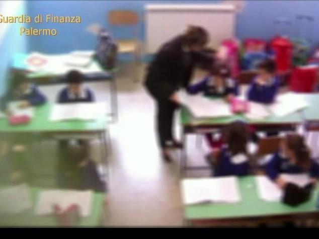 Calci e schiaffi ai bimbi, 3 maestre arrestate a Partinico - Video