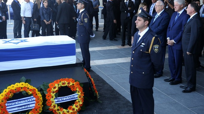In migliaia rendono omaggio a Shimon Peres, domani i funerali