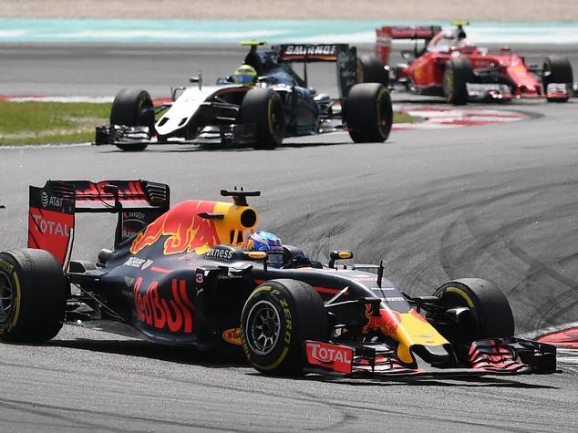 GP Malesia, Hamilton brucia motore; trionfo Red Bull