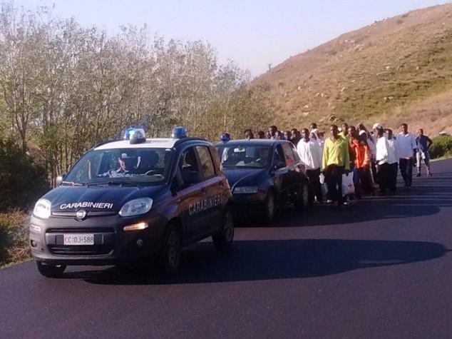 Migranti: 40 marciano verso SS 131, protesta per pocket money