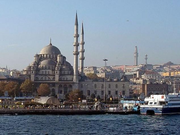 """Assalto a vernissage di una mostra a Istanbul, """"bevevano alcolici"""""""