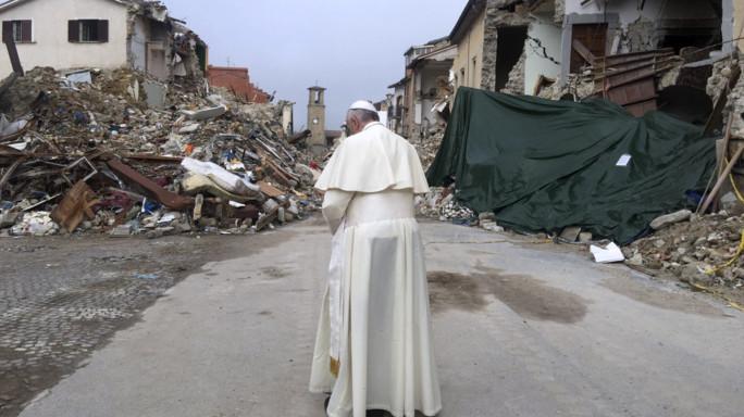 Papa Francesco prega tra le macerie di Amatrice
