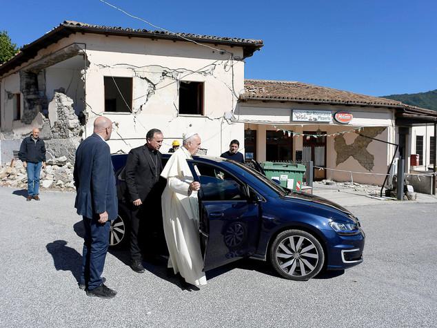 """Papa nei luoghi del terremoto, """"non volevo dare fastidio"""""""