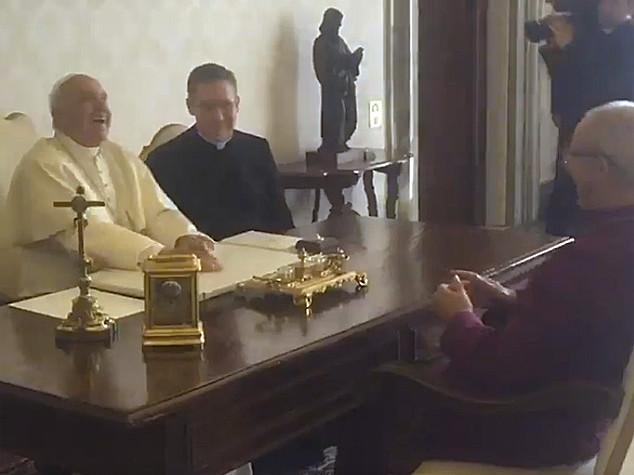 """""""La sai quella di?"""" E primate anglicano fa ridere Papa Francesco"""