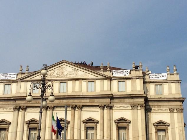 """Si arrampica sul tetto della Scala, """"no al referendum"""""""