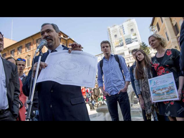 Feyenoord: studenti olandesi portano a Roma assegno per la Barcaccia - foto
