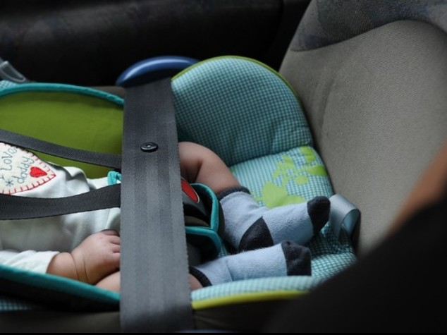 Neonato lasciato in auto per fare la spesa al centro commerciale