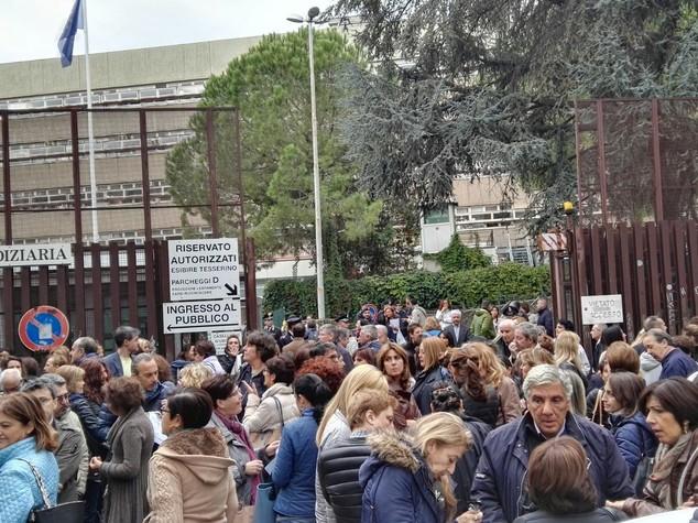 """Protesta al tribunale, """"no al barelliere-cancelliere"""""""