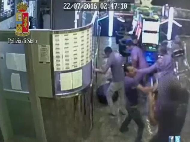Roma, pestarono un addetto alla sicurezza in sala slot: 5 arresti