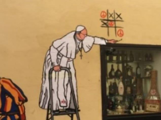 Papa gioca tris della pace, cancellato murales a Borgo Pio