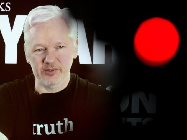 Assange oscurato per difendere Hillary Clinton