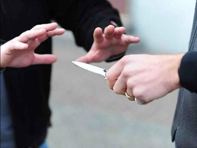 Lo studente chiacchiera, il professore tira fuori il coltello