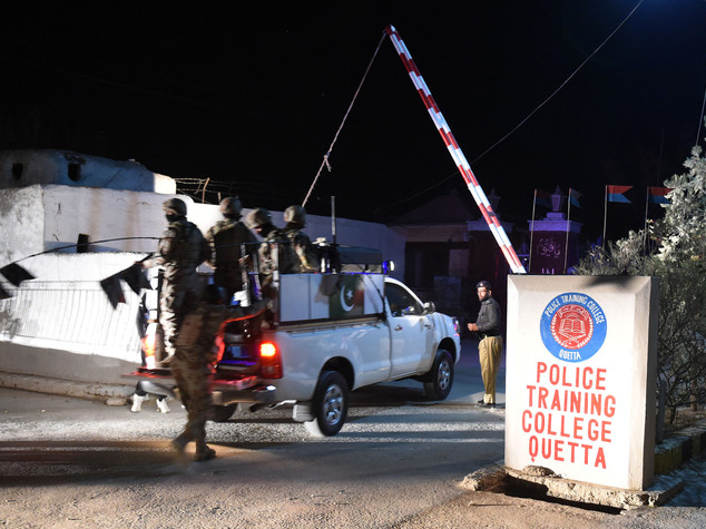 Pakistan, almeno 60 morti in attacco a scuola di polizia