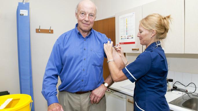 Influenza: sintomi febbre, mal di gola, tosse. Chi deve vaccinarsi