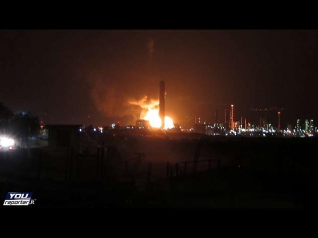 In fiamme raffineria a Milazzo, rogo sotto controllo - Video