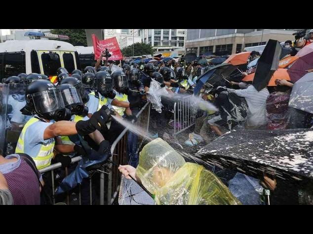 Studenti in rivolta a Hong Kong, chiedono l'avvio della democrazia