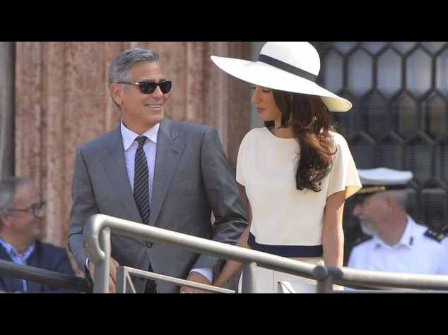 """Clooney e Amal sposi a Venezia, accolti dai fischi dei dipendenti comunali; """"adotta un precario"""" Video e Foto"""