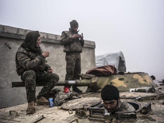 Iraq: 21 civili uccisi da kamikaze. Siria, offensiva su Raqqa