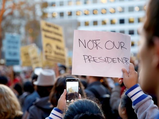Trump è presidente ma Hillary va in copertina, la gaffe di 'Newsweek'